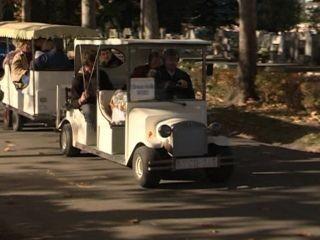 Elektromos autó szerelvényekkel oldották meg a közlekedést a Szegedi temetőben Halottaknapján